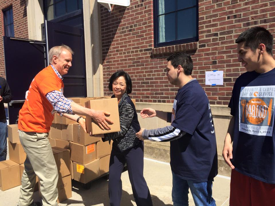 2015 04 11 Rauner and Wise pass food boxes